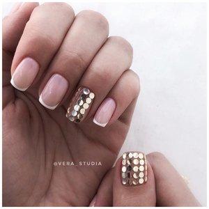 Золотые камифубики на ногтях
