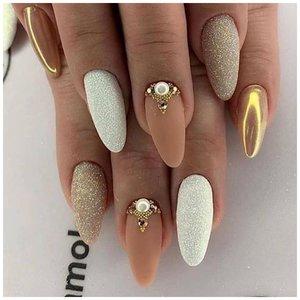 Золотые стразы на ногтях