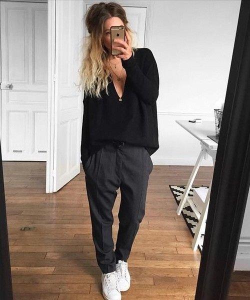 Черные брюки и белые кеды