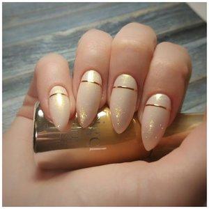 Жемчужная втирка на ногтях с золотым дизайном