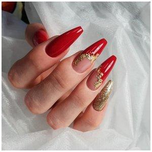 Длинные красные ногти с фольгой
