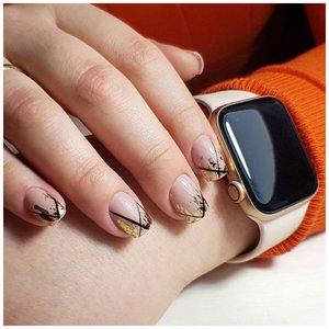 Очень короткие ногти с черно-золотым дизайном