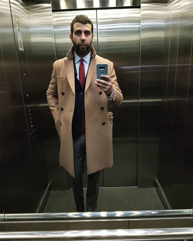 Ургант в пальто и костюме