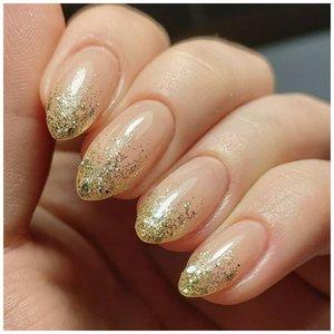 Золотистые ногти с блестками