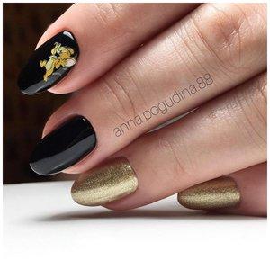 Черные ногти с наклейками и золотистыми блестками
