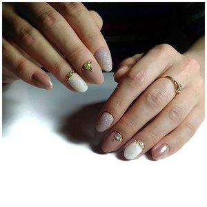 Матовые ногти с золотыми стразами