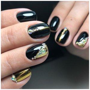 Черный маникюр с золотыми блестками