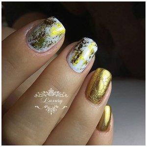 Короткие ноготки с золотым дизайном