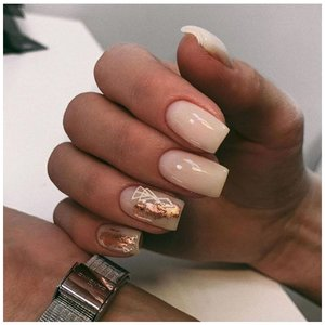 Фольга но ногтях молочного цвета
