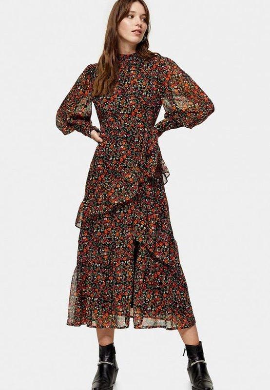 Красивое коричневое платье с рюшами