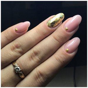 Золотистые стразы на нюдовых ногтях