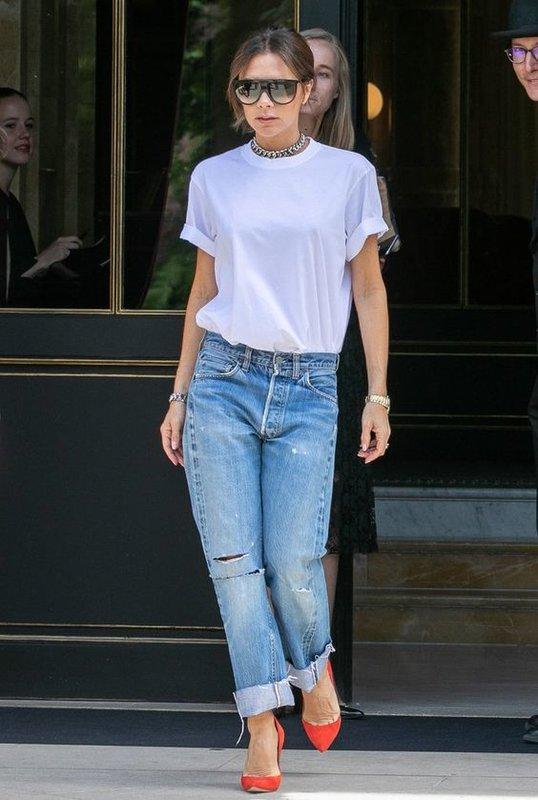 Виктория Бекхэм в футболке и джинсах