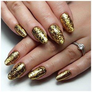 Маникюр с глиттером золотого цвета