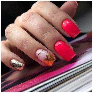 Ярко розовые ногти с золотом