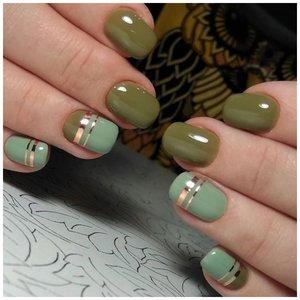 Зеленые ногти с золотыми полосками