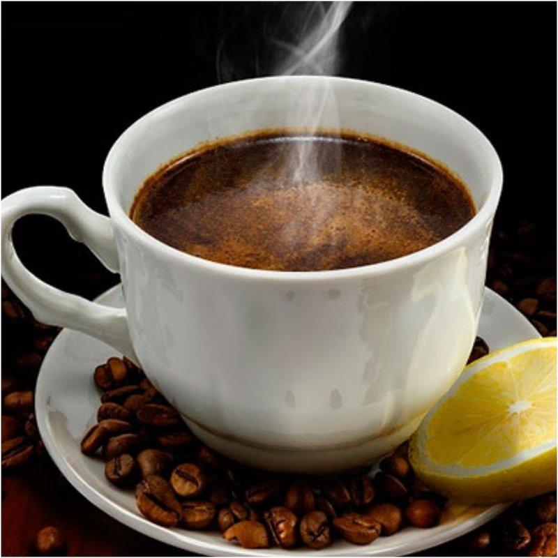 Чашка горячего кофе и долька лимона
