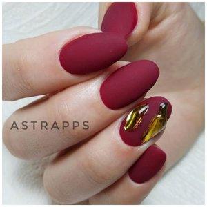 Дизайн ногтей жидкий металл на красном фоне