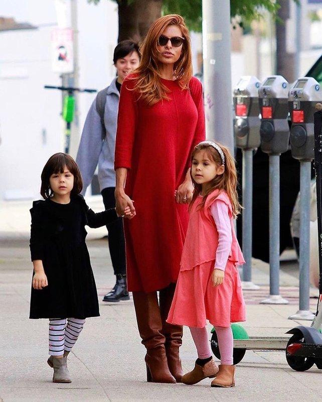 Ева Мендес с дочерьми на прогулке