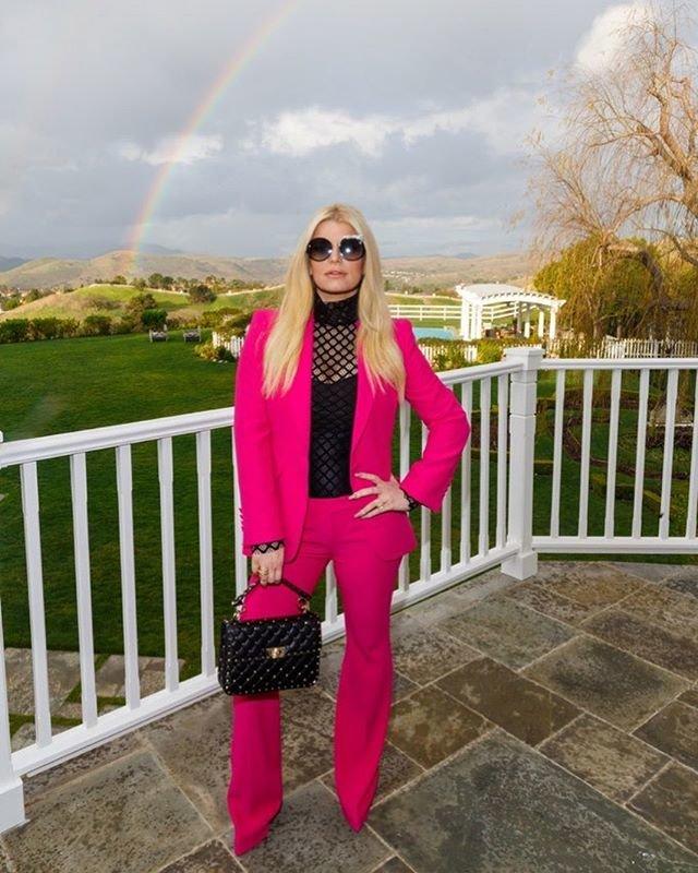 Джессика Симсон в розовом костюме