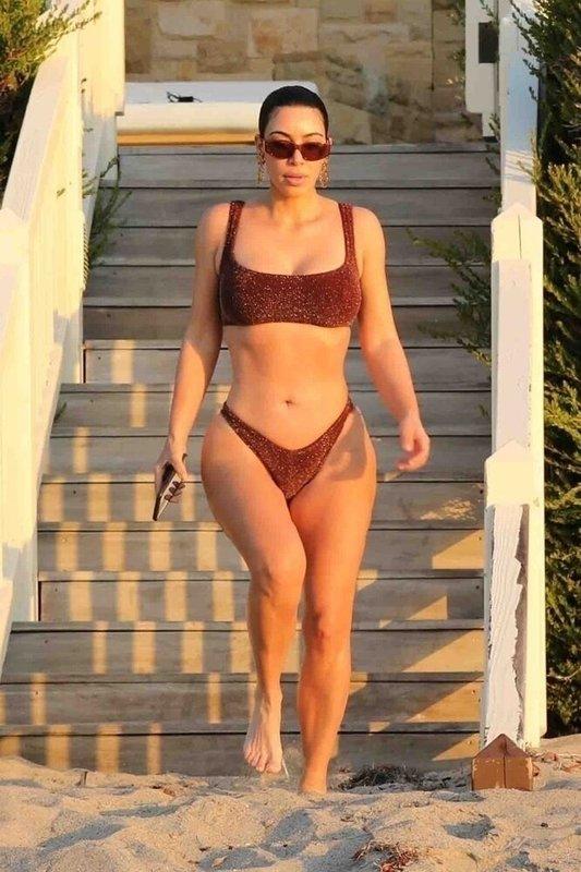 Ким Кардашьян в купальнике за 180 долларов