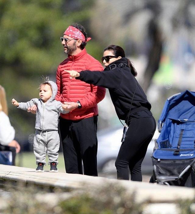 Ева Лонгория на прогулке с мужем и сыном