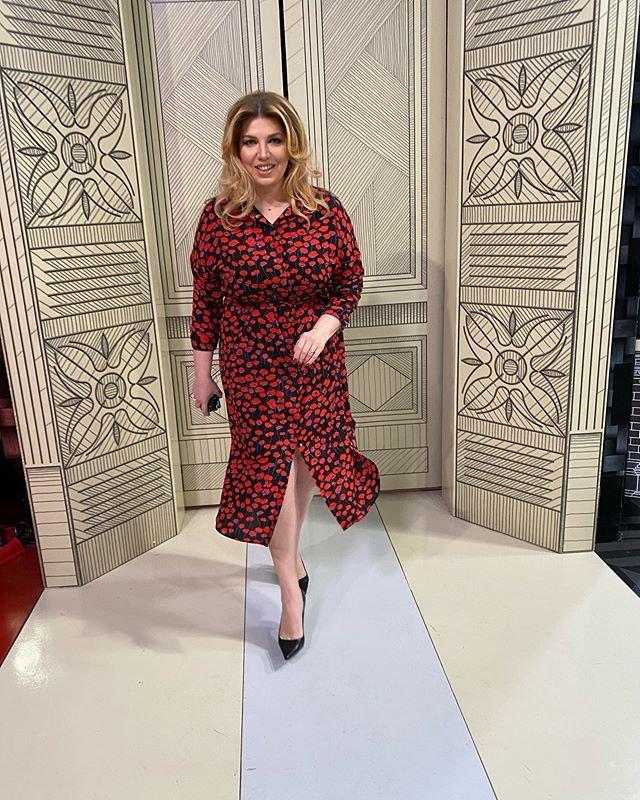 Екатерина Скулкина в модном длинном платье