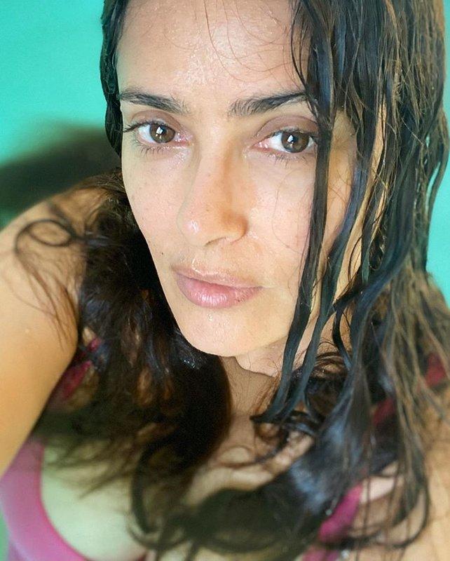 Сальма Хайек показала как выглядит без макияжа в бассейне
