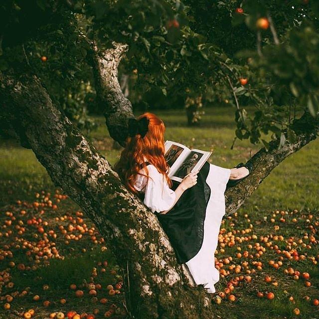 Красивое фото девушки в яблоневом саду
