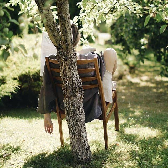 Идея для фото в парке со стулом
