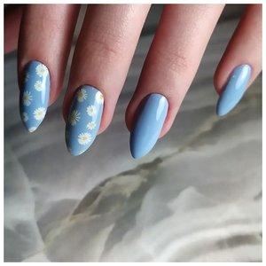 Красивые ромашки на голубых ногтях