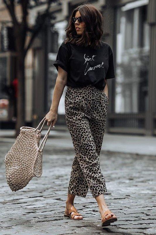 Футболка и леопардовые брюки