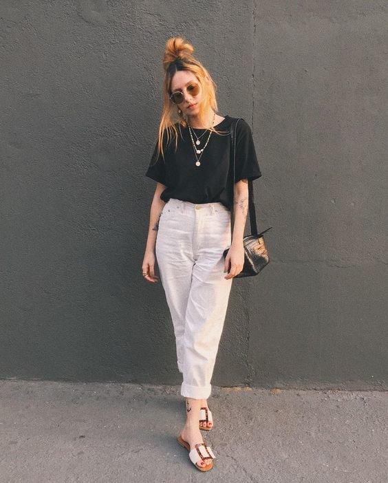 Белые брюки и черная футболка