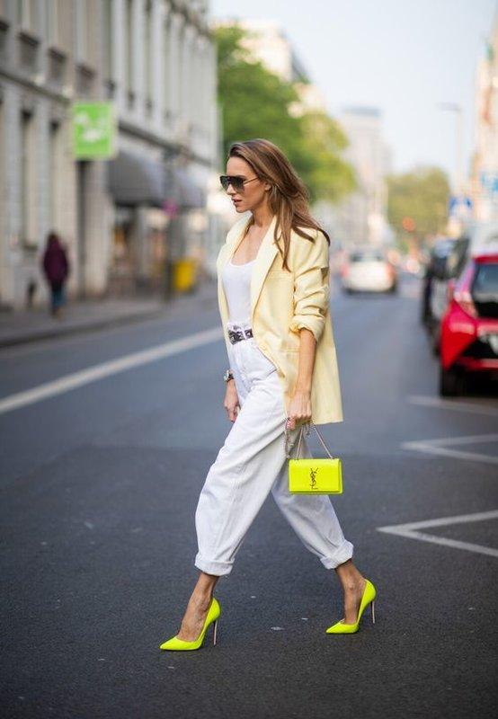 С чем носить белые джинсы слоучи