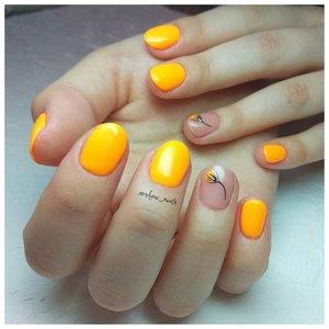 Желтые ногти с дизайном