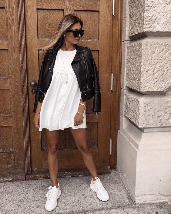 Белые кеды и белое платье