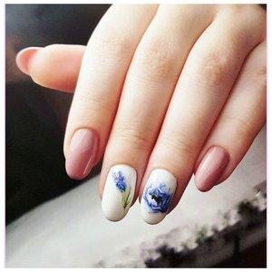 Нежные ногти с синими цветами
