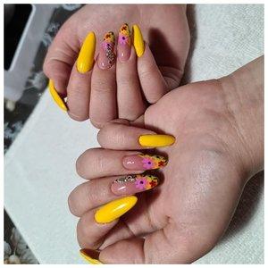 Желтые длинные ногти с цветами