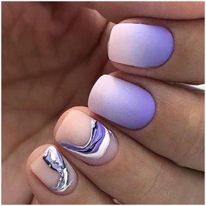 Градиент на ногтях с абстрактным дизайном
