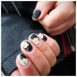 Нарциссы на ногтях