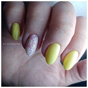 Нежные пастельно-желтые ногти