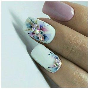 Цветочный дизайн для ногтей со стразами