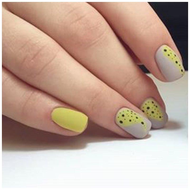 Серо-желтые матовые ногти