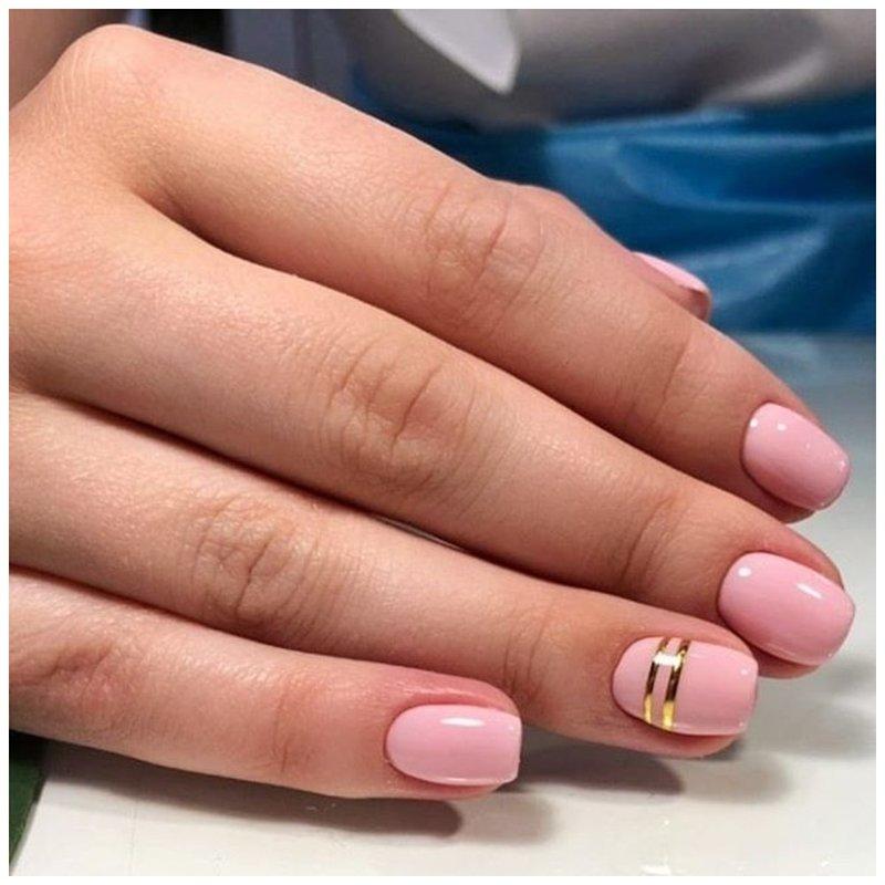 Зорозые ногти с золотыми полосками