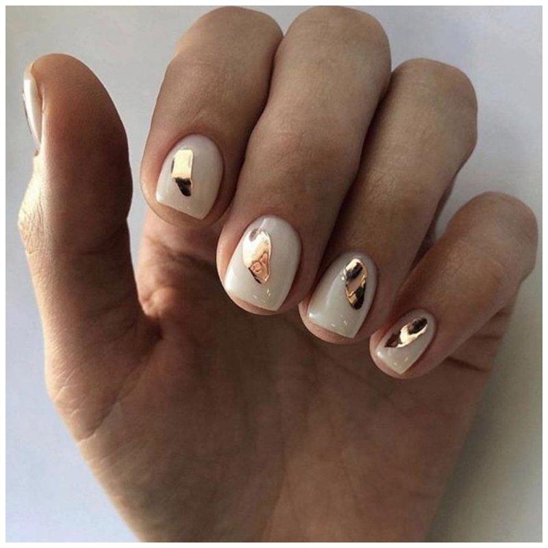 Белые ногти с золотым дизайном