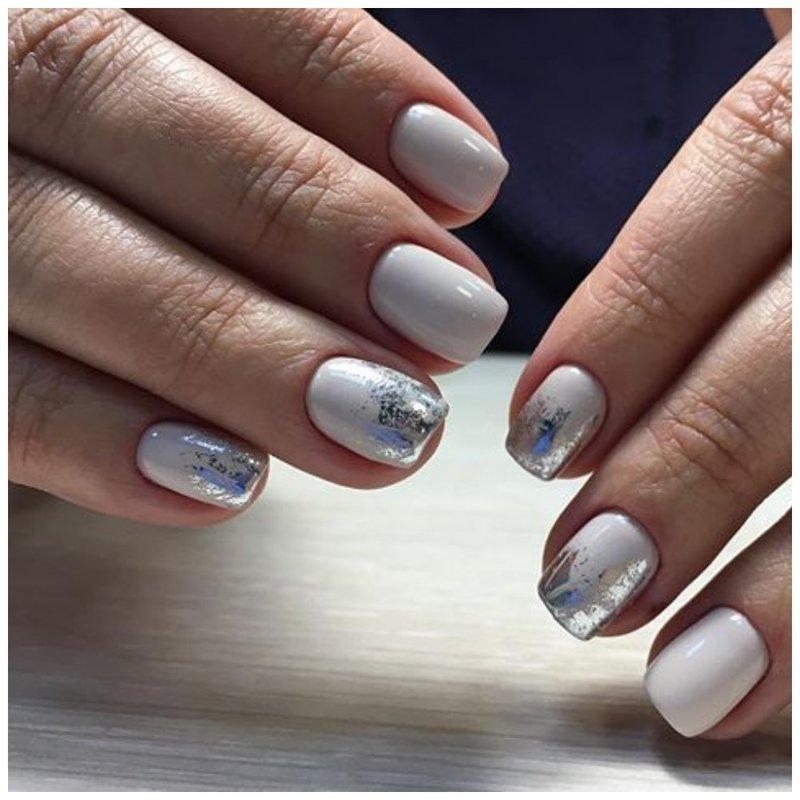 Белые ногти с фольгой