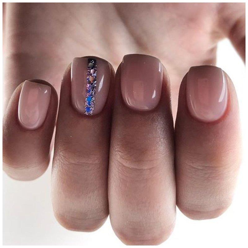 Нюдовые ногти со стразами