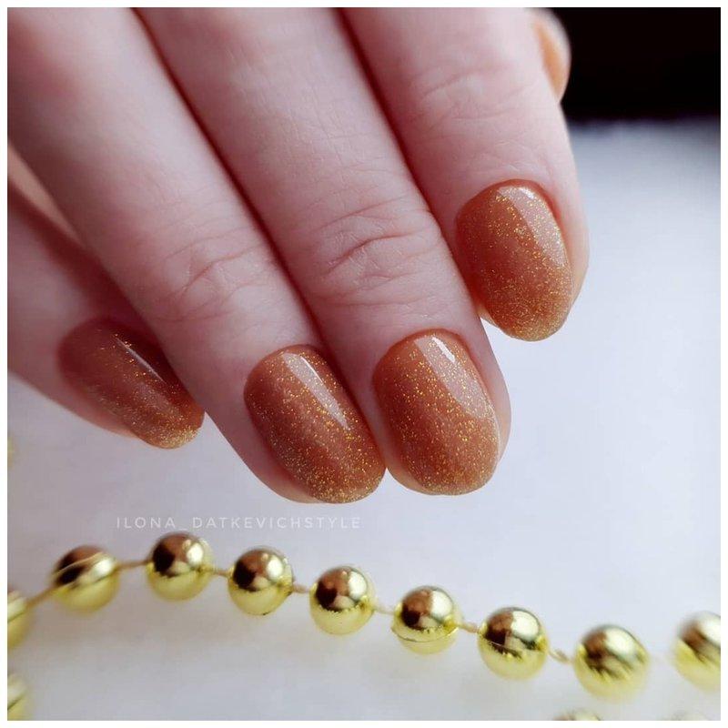 Нежные блестки на ногтях