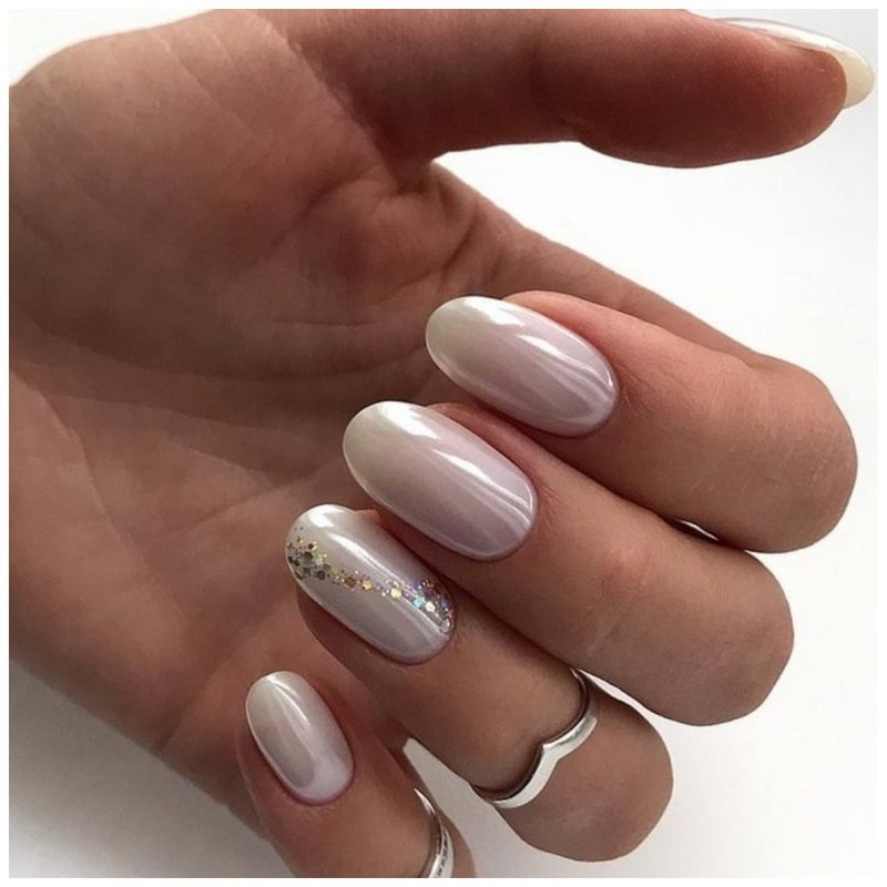 Белые ногти с блеском