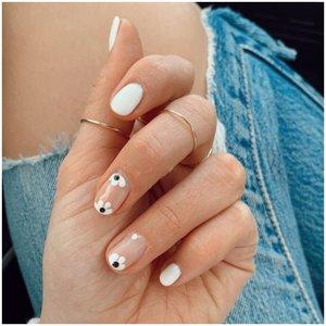 Цветочки из точек на ногтях