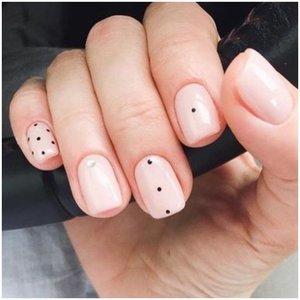 Ногти с точками в стиле минимализм